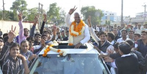 सीकर जिले दांतारामगढ़ विधानसभा क्षेत्र से कांग्रेस के नारायणसिंह जीत के बाद कार्यकर्ताओं के साथ विजयी मुद्रा में।