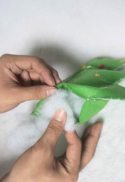 hoabtt2011122310612702 4 Cách làm cây thông Noel bằng vải nỉ treo cửa
