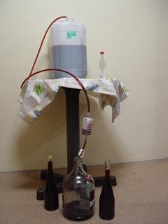 Zlewanie wina do butelek
