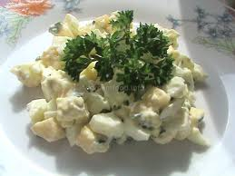 Салат из твердого сыра, яиц и зеленого лука