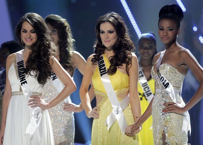 A cette heure-là, Miss Ukraine (première dauphine) et Miss Brésil (deuxième dauphine) rêvaient encore du titre de Miss Univers, remporté par Miss Angola <em>SIPA/Miss Angola,Miss Ukraine</em>