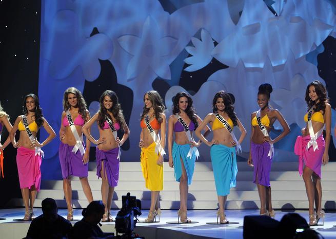 Les seize finalistes ont ensuite défilé en maillot de bain. Parmi elles, Miss Angola, Miss France ou encore Miss Ukraine <em>SIPA</em>