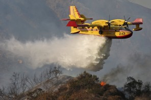 A Super Scooper firefighting plane makes a water drop on the Colby Fire in Azusa, California January 16, 2014. The blaze broke out about an hour before sunrise in the Angeles National Forest north of Glendora and quickly spread to 1700 acres. Glendora is located about 40 miles (64 km) east of downtown Los Angeles, near the southern edge of the Angeles National Forest.  REUTERS/Jonathan Alcorn (UNITED STATES - Tags: DISASTER ENVIRONMENT TRANSPORT)