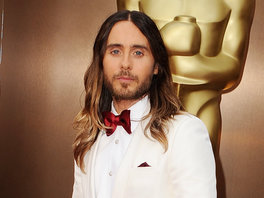 Check out Jared's red bowtie, Kevin's striking navy tux, and Pharrell's dress shorts. Plus, Jonah Hill's worst nightmare: his mom flirting with the Hollywood hunks on the red carpet!