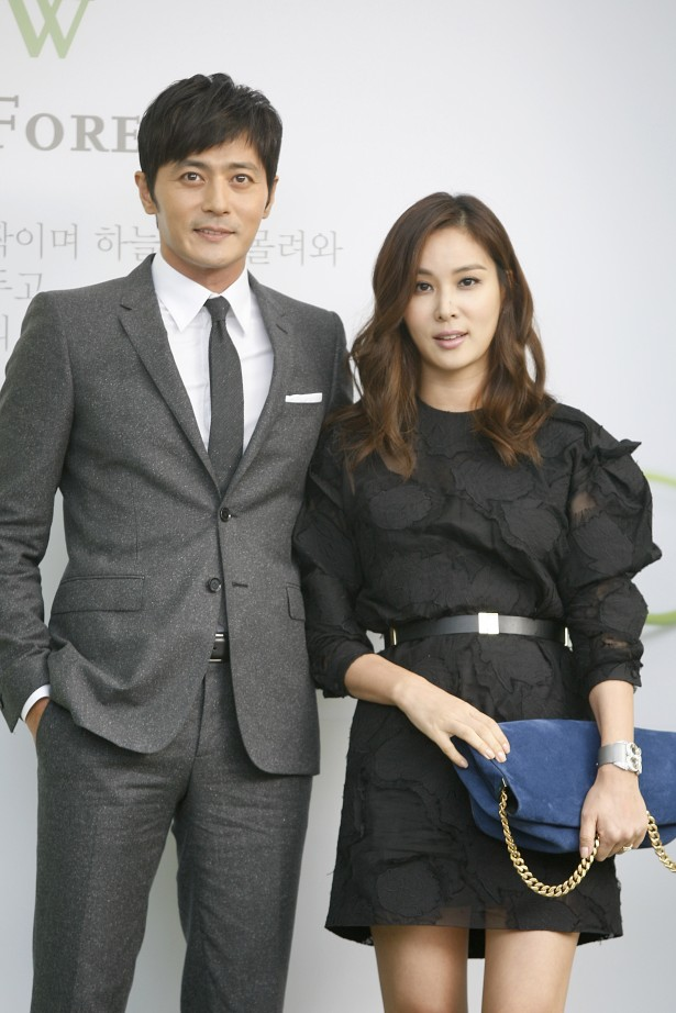 Korean actors Jang Dong-gun (left) and Ko So-young pose at the photo wall ahead of Korean actors Lee Byung-hun and Rhee Min-jung's wedding ceremony in Seoul, Korea on August 10, 2013. [TenAsia/ Gue Hye Jung]