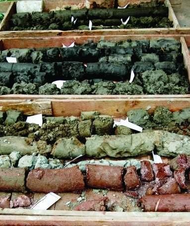 工作人员从地陷附近采集地质切面样本。   实习生董大伟本报记者谭伟山摄