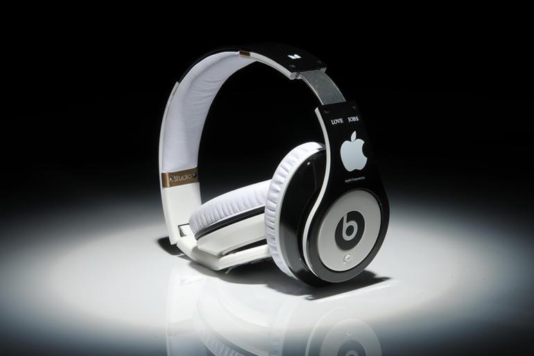 studio-steve-jobs-headphones-with-apple-logo3.jpg