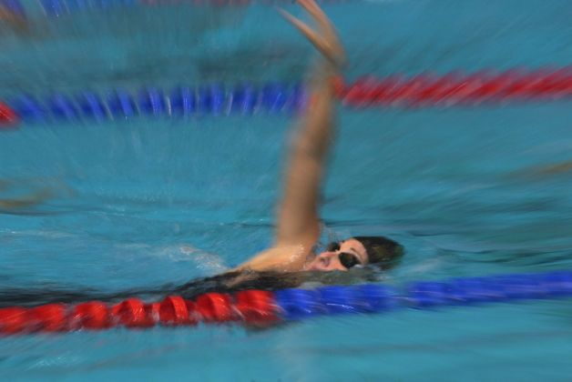 Amy Van Dyken warms up before  50M freestyle semi-final at the US Olympic Swimming Trials in Indianapolis,  Tuesday night , August 15, 2000.  (Smiley N. Pool/ Chronicle) 08/15/00 Photo: SMILEY N. POOL, HOUSTON CHRONICLE / HOUSTON CHRONICLE