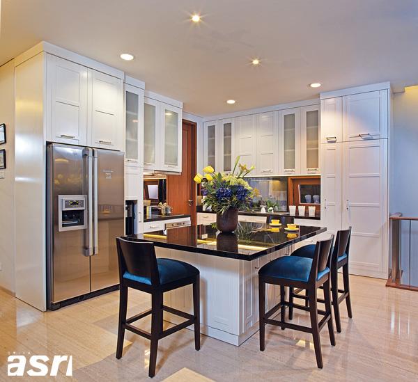Dominasi warna putih yang diaplikasikan pada  kabinet dapat memberikan kesan ruang yang lebih ringan.