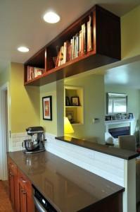 Cozinha e sala integrada com bancada e armário planejado fazendo a divisão