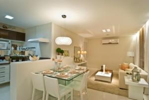 Cozinha e sala integrada em apartamento pequeno. Ideal para homens que moram sozinhos.