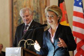 Bundesverteidigungsministerin Ursula von der Leyen, hier mit dem bayerischen Ministerpräsident Horst Seehofer, am Montag in München im Kaisersaal der Residenz. Der Bayerische Ministerpräsident veranstaltete einen Empfang für Soldaten. (Foto: dpa)