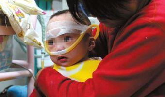 病童被弃医院20天后父母现身 父亲称无力医治