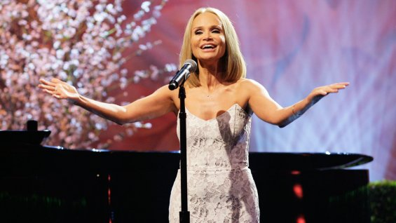 The Tonight Show Kristin Chenoweth Performing - H 2013