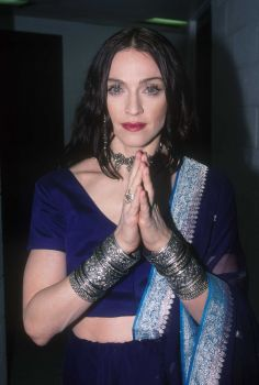Madonna began studying Kabbalah, Hinduism and yoga. As a result, we have this look, backstage at the 1998 VH1 Vogue Fashion Awards in New York City. Photo: Frank Micelotta, Getty Images / 2003 Getty Images