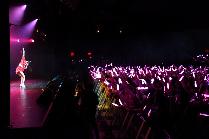 "Sayumi Michishige performs ""Lalala no Pippipi"" to a sea of pink glowsticks."