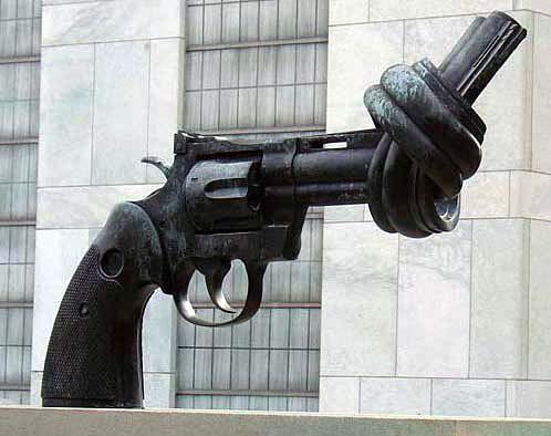 Sculpture de Carl Fredrik Reuterswärd devant l'ONU