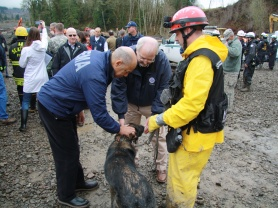 Secretary Johnson and Administrator Fugate meet search and rescue teams in Snohomish County