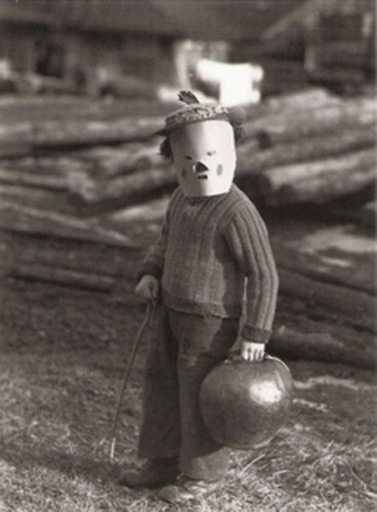 60 Deeply Terrifying Halloween Photos From The Early 1900s Halloween Picture from the Past 2