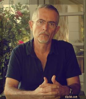 Το καλοκαίρι που μας πέρασε (2014), στη βεράντα του σπιτιού μου στην Κω. Με φωτογραφίζει ο Δημήτρης Μποσνάκης.