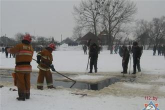 Водитель МАЗа решил прокатить друзей по льду – утонули двое