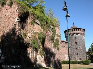 Sforza Castle, Rivellino (defensive structure) in the foreground, one of Francesco Sforza's round towers in the background, Milan (Photo: S.K. Meyer ©)