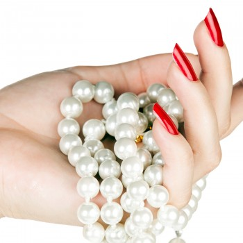 hand-pearls-red-nails