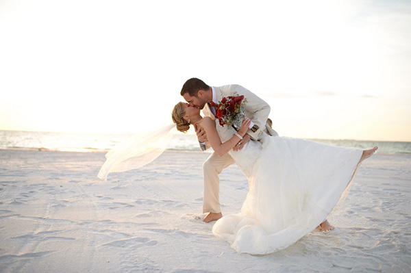 romantic dip kiss in the sand, romantic dip kiss on Fort Myers Beach, romantic Christmas beach wedding, Luminaire Foto