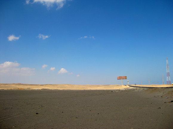 Eine Asphaltstraße mitten durch die ägyptische Wüste