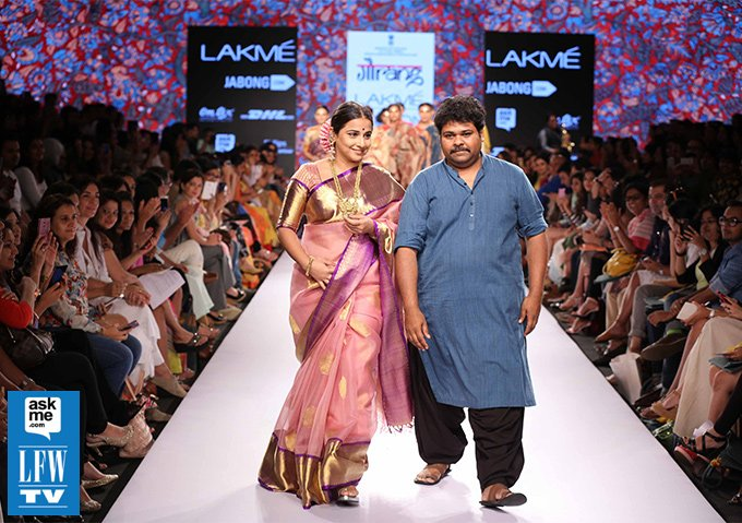 Vidya Balan Surreptitiously follows Textiles on Day 2