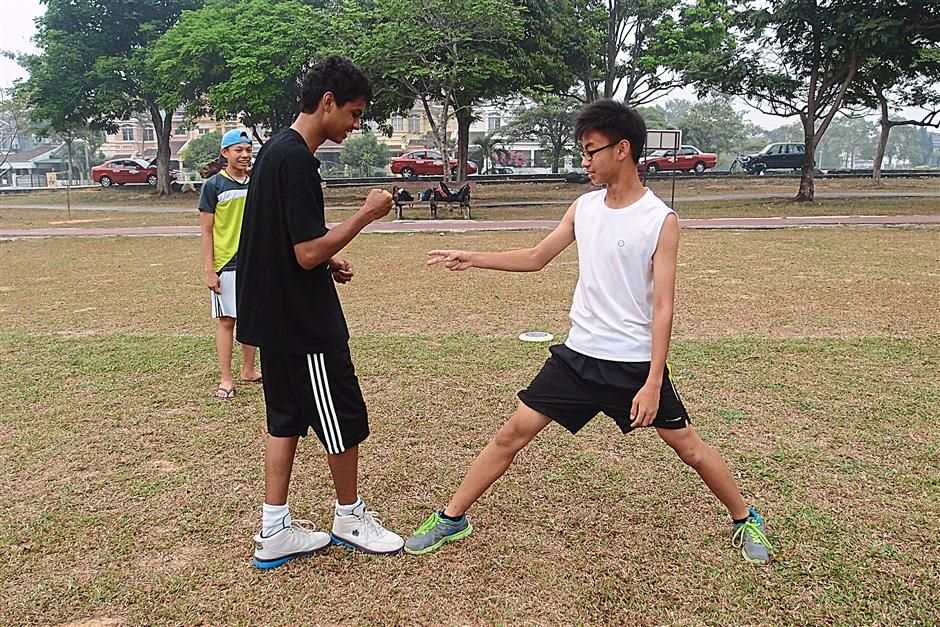 one two jus - How To Play 13 Malaysian '90s Childhood Games (PHOTOS)