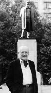 Никола Пашић испред споменика свом деди у Београду