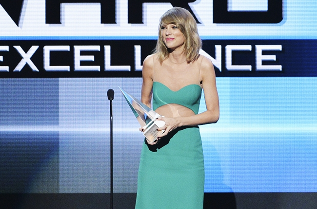 Taylor Swift Wins Dick Clark Award at AMAs, Hits Back at Spotify