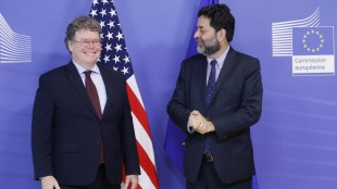 epa04844912 Transatlantic Trade and Investment Partnership (TTIP) chief negotiators from USA, Dan Mullaney (L) and Ignacio Garcia Bercero of the European Union (R) at the start of the 10th round of free trade negotiations, at European commission headquarters, in Brussels, Belgium 13 July 2015. The 10th round of Negotiation takes place in Brussels for a week. EPA/OLIVIER HOSLET (picture alliance / dpa / Oliver Hoslet)