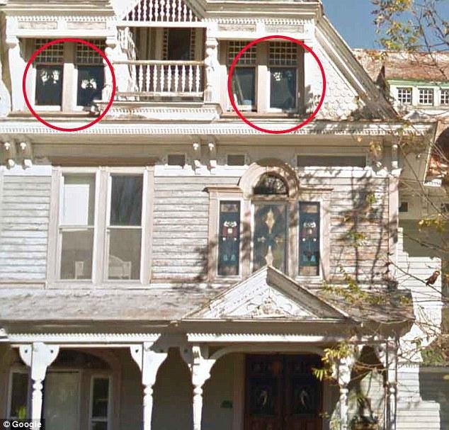 maison fantôme et fenetre