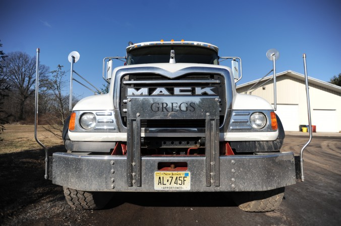 Front_view_of_a_MACK_truck