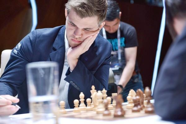 Carlsen surclassa Mamedyarov