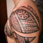 beau tattoo polynésien épaule