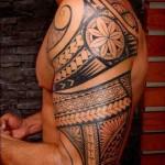 tattoo polynésien épaule biceps