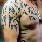tatouage polynésien épaule pectoraux