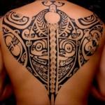 tatouage raie manta polynésien dos