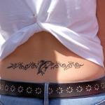 tatouage polynesien bas du dos dauphin