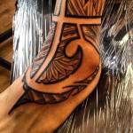 tatouage polynésien cheville lignes épaisses