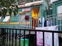 郑州一学校用火车做宿舍 配备热水器空调