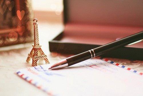 书桌上的铁塔与书信 背景图片素材