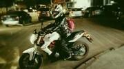 俄女子寒夜街头裸体骑摩托