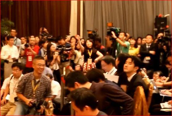 张志军记者会上,台湾名嘴周玉蔻(中)高声抗议。