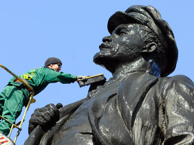 Cleaning a monument to Vladimir Lenin, Krasnoyarsk. (RIA Novosti/Aleksandr Paniotov)