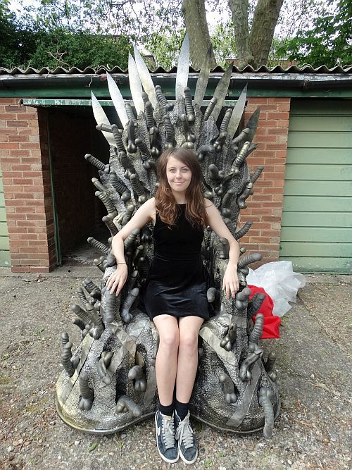 chica-trono-penes-game-of-thrones