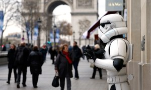 'Star Wars' premiere crowd cheers for familiar faces